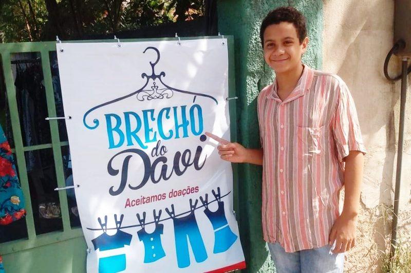 """""""Virei o homem da casa"""", diz menino de 11 anos que criou um brechó para ajudar mãe acidentada no Rio de Janeiro"""